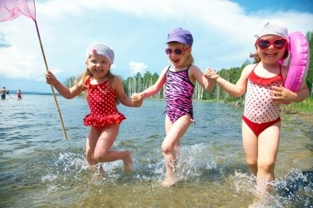 girls_lake_swimming.jpe
