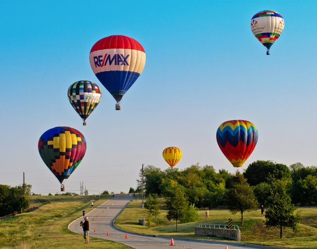 Balloons-Flying---clear-sky.jpe