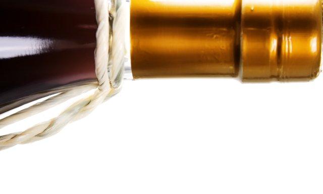 stockvault-wine-bottle126935.jpe