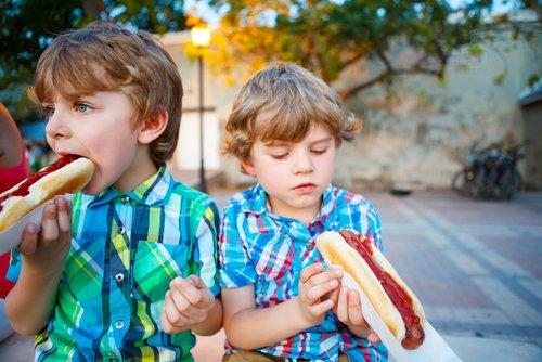 kidseatinghotdog.jpg