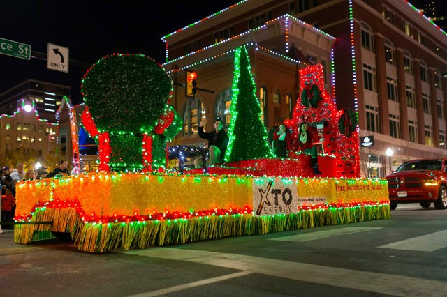 XTO_20Energy_20Parade_20of_20Lights_20_Raul_20Mosely_.jpe