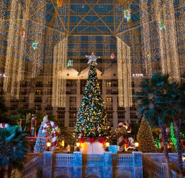 Texan-Christmas-Decorations-Atrium_111119_064228.jpe